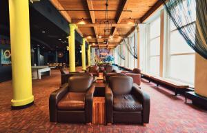The lounge or bar area at HI Chicago Hostel
