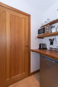 A kitchen or kitchenette at St Andrews Studio Apartment - Free Parking
