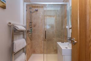 A bathroom at St Andrews Studio Apartment - Free Parking