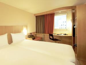 A bed or beds in a room at Hotel ibis Lisboa Jose Malhoa