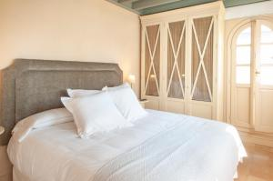 A bed or beds in a room at CH Apartments Boutique