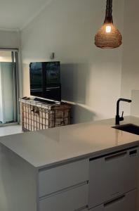 A kitchen or kitchenette at Noosa Parade Holiday Inn
