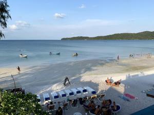 Een strand bij of vlak bij het hostel