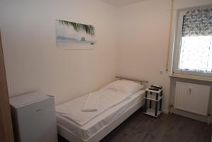 A bed or beds in a room at Monteurzimmer Messe Airport