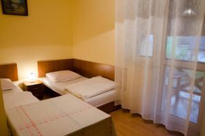 Łóżko lub łóżka w pokoju w obiekcie Pod Dębami