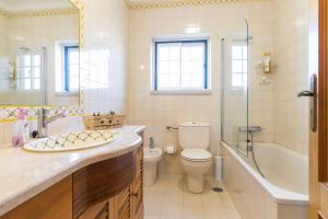 A bathroom at Liv In Ericeira Guest House
