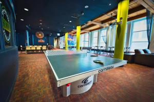 Ping-pong facilities at HI Chicago Hostel or nearby