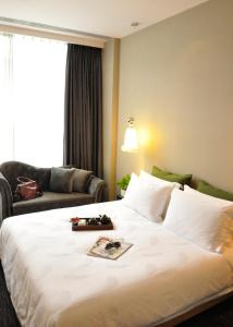 A bed or beds in a room at Royal Tulip Luxury Hotel Carat - Guangzhou