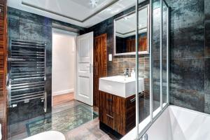 A bathroom at The Old Town Luxury Hideaway Apartment