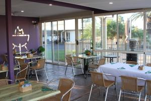 A restaurant or other place to eat at Mundubbera Motel