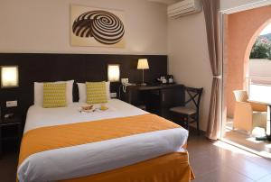 A bed or beds in a room at Hotel U Ricordu & Spa