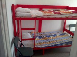 Ein Etagenbett oder Etagenbetten in einem Zimmer der Unterkunft Budget Logies Grenadine