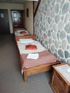 Łóżko lub łóżka w pokoju w obiekcie Karczma na Woli
