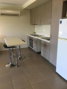 A kitchen or kitchenette at Airlie Central Apartments