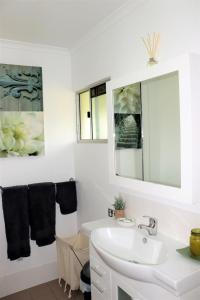 A bathroom at Watersons at Airlie Central Apartments