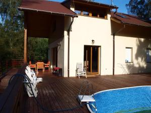Bazén v ubytování Chata u řeky nebo v jeho okolí