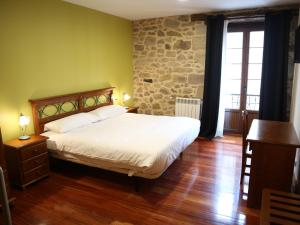 A bed or beds in a room at Ostatu Zegama