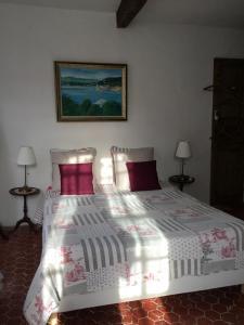 A bed or beds in a room at La maison du bonheur