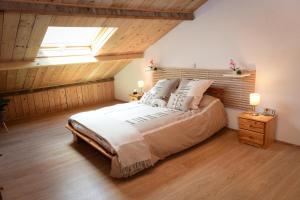 A bed or beds in a room at Loft atypique l'Olivier