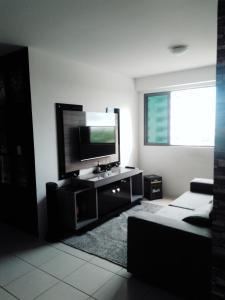 A television and/or entertainment centre at Apt alto padrão todo mobiliado e decorado em cond. Fechado