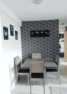 A seating area at Apt alto padrão todo mobiliado e decorado em cond. Fechado