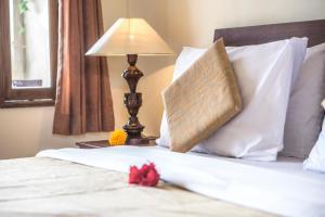ウブド センサシ バンガローにあるベッド
