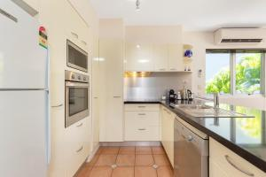 A kitchen or kitchenette at The Cove Noosa