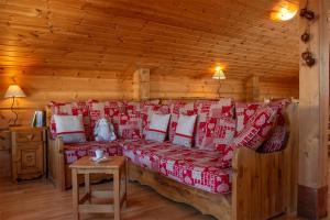 A seating area at Madame Vacances - Les Chalets De Crête Côte Village