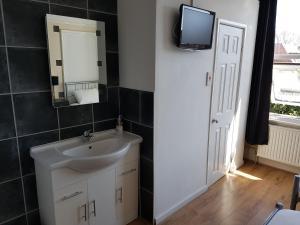 A bathroom at Boscombe Reef Hotel