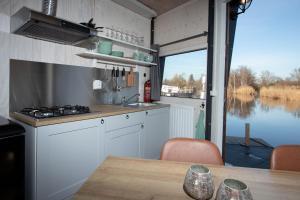 A kitchen or kitchenette at Dobberhuisje