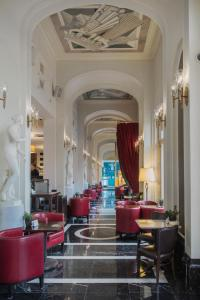 A restaurant or other place to eat at Angleterre Hotel