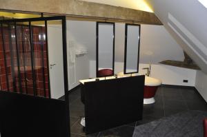 A bathroom at Les Tonnelles