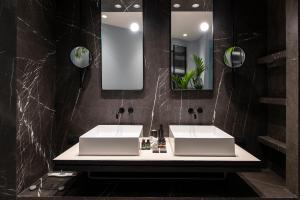 A bathroom at Perianth Hotel