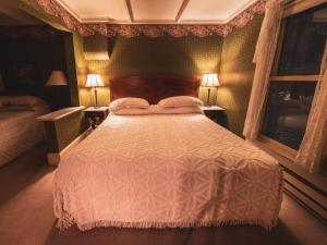 A bed or beds in a room at St. Elmo Hotel