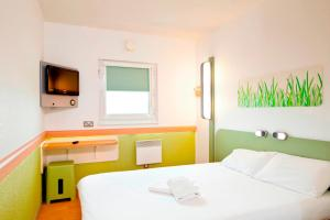 A bed or beds in a room at ibis budget Southampton Centre