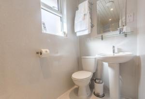 A bathroom at Caythorpe House