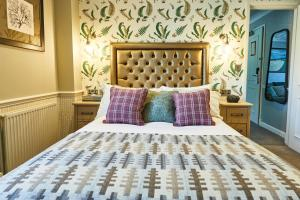 A bed or beds in a room at The Millstone, Mellor