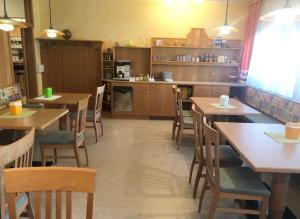 Ein Restaurant oder anderes Speiselokal in der Unterkunft Gasthaus-Pension zum Löwen