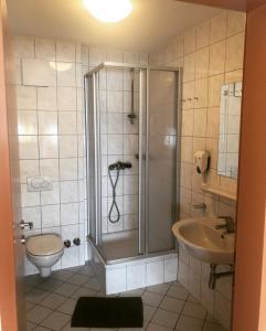 Ein Badezimmer in der Unterkunft Gasthaus-Pension zum Löwen