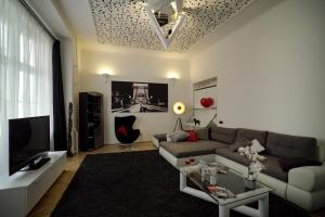 A seating area at Pearl Apartments