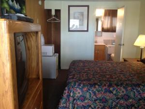 A bed or beds in a room at Budget Inn Motel Chemult