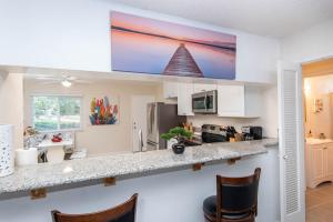 A kitchen or kitchenette at Remodeled Artistic close to everything