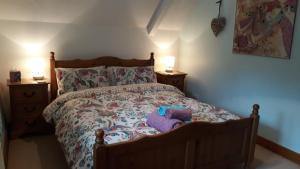 A bed or beds in a room at Clovercottage
