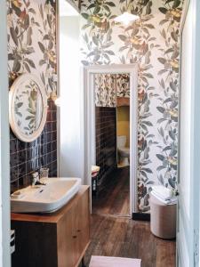 A bathroom at Château Le Breuil