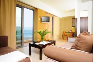 Coin salon dans l'établissement Steris Elegant Beach Hotel & Apartments