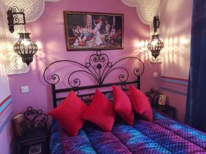 A bed or beds in a room at Riad bleu du Sud