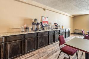 A restaurant or other place to eat at Econo Lodge