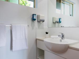 A bathroom at Anchor Motel Noosa