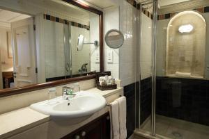 A bathroom at Columbia Beach Resort