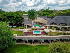 Vue sur la piscine de l'établissement Ilala Lodge Hotel ou sur une piscine à proximité